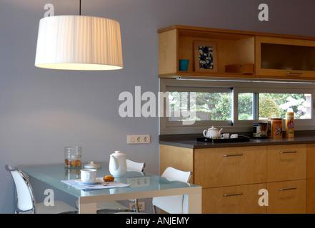 Cucina con ciondolo illuminazione su tavolo da pranzo i cassetti