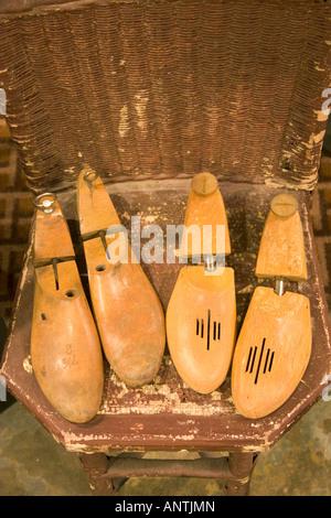 Antiche forme di calzatura su un vintage sedia di vimini. Foto Stock