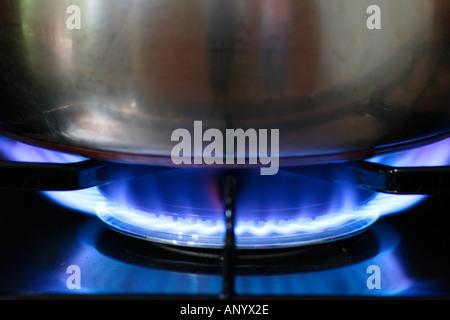 Pentola per la cottura su fiamma a gas sul piano di cottura della cucina England Regno Unito Foto Stock