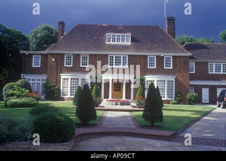 Auspicabile neo georgiano casa distaccata, Hampstead, Londra del nord REGNO UNITO visto nel passaggio di sole e Foto Stock
