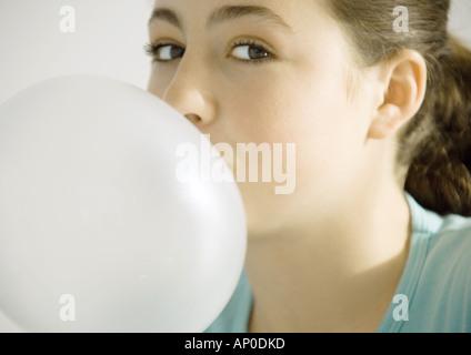Ragazza adolescente bolla di soffiatura Foto Stock
