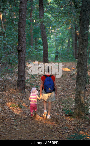 Harwich, ma di una donna e di sua figlia a piedi un sentiero in rovere-pineta vicino al fiume Monomoy a Harwich Foto Stock
