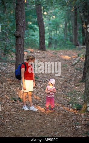Harwich, ma di una donna e di sua figlia esplorare un sentiero in rovere-pineta vicino al fiume Monomoy a Harwich Foto Stock