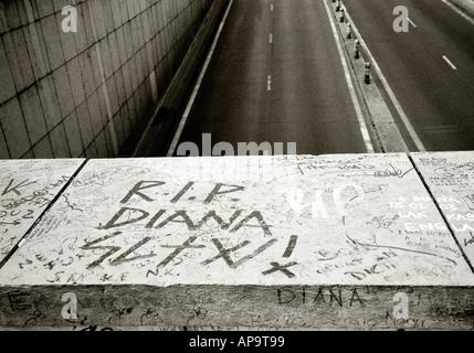La principessa Diana morte memorial al Pont del sottopassaggio di Alma e ponte della città di Parigi in Francia in Europa