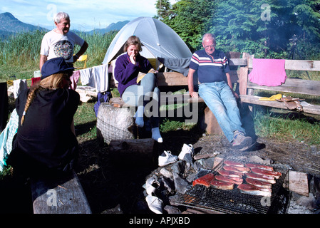 Barbecue, cottura alla brace / grigliare il salmone sulla griglia per il Barbecue al deserto campeggio, Pacific West Coast, BC, British Columbia, Canada