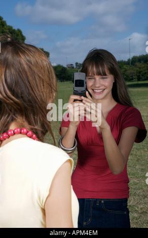 Due ragazze le riprese con il cellulare Foto Stock