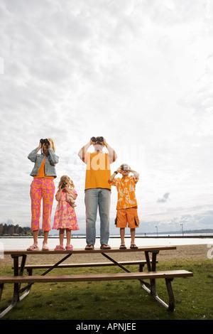 La famiglia tramite binocolo Foto Stock