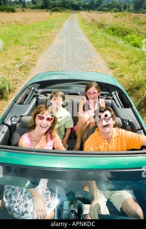 Famiglia giocoso nel convertibile Foto Stock