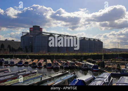Shobnall Wharf sul Trent e Mersey Canal e il Coors Brewery, Burton upon Trent, Staffordshire, Inghilterra Foto Stock
