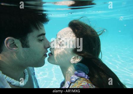 Coppia giovane baciare sott'acqua. Foto Stock