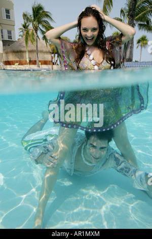 Felice coppia giovane full-vestito in piscina. Foto Stock