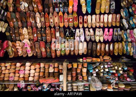 Pressione di stallo di un indiano Pantofola in cuoio shop - Jodhpur, Rajasthan, India Foto Stock
