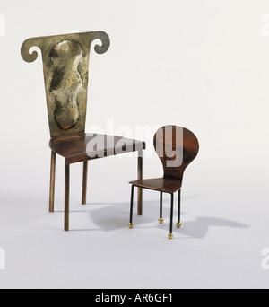 Due sedie in bronzo, uno grande uno piccolo, per adulto e bambino, grande sedia ha nuovamente decorativo con top Foto Stock