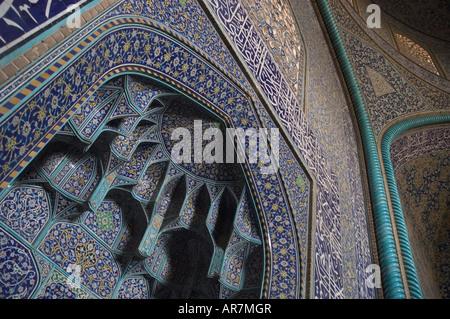 Abstract floral dettaglio dell'intricato lavoro di piastrelle interno dello sceicco Lotfallah moschea, Naghsh-ho Foto Stock