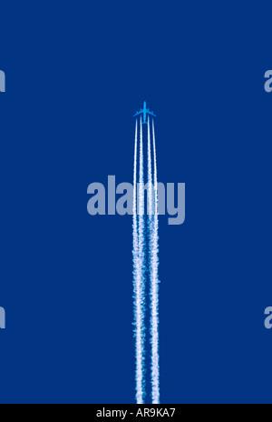 Airbus A340 jumbo aereo jet contrail vapor trail battenti ad alta altitudine corsie aria airways la crociera blue Foto Stock