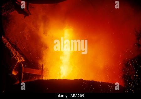 La produzione di acciaio acciaio fuso che viene colato in un convertitore Bessamer in una fonderia di acciaio Foto Stock
