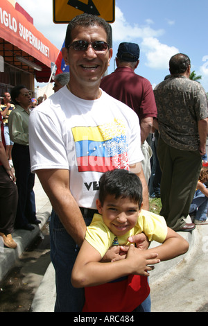 Miami Florida Little Havana Calle Ocho manifestazione politica anti comunismo padre figlio Foto Stock