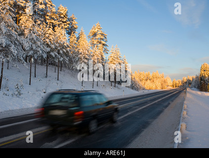 Guida auto in autostrada alla luce della sera in inverno , Finlandia
