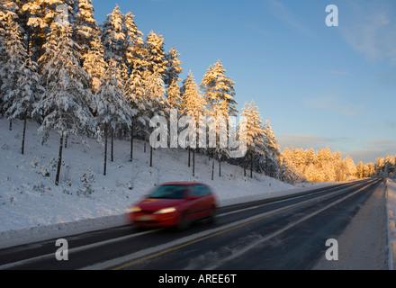 Car guida su autostrada finlandese alla sera in inverno in Finlandia