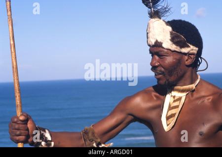 Nativo di tribù Pondo guerriero in Sud Africa sull'acqua vicino al deserto Foto Stock
