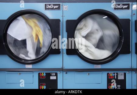 Due essiccatori con vestiti in lavanderia a gettoni Foto Stock