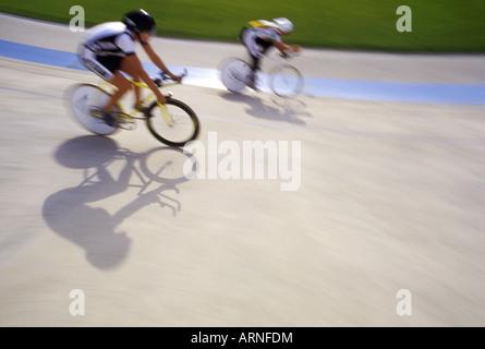 Noleggio racers su velodrome via con grafico di ombre, British Columbia, Canada. Foto Stock