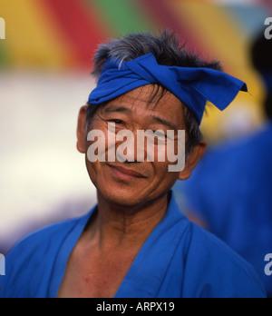 Uomo anziano sorride dopo la concorrenza nel Naha dragon boat gare. Okinawa, in Giappone Foto Stock