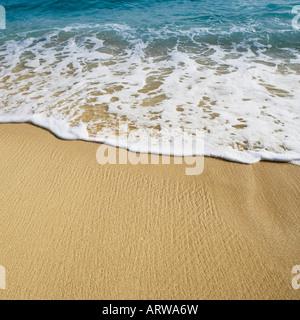 Angolo di alta vista delle onde che si infrangono sulla spiaggia Foto Stock