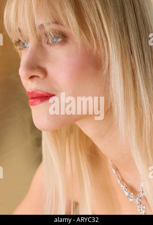 Bella donna gli occhi chiusi · Profilo di donna bionda che indossa collana  Foto Stock 49b11fe801ed