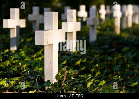 Marmo bianco croci piantate in terra nel memoriale Gedenkstätte Hochstraße in Braunschweig Germania