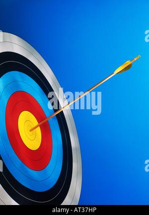 Una freccia al centro di una scheda target Foto Stock