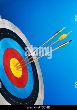 Tre frecce nel centro di una scheda target Foto Stock