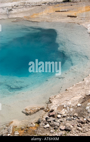 L'acqua è la scottatura in Silex molla inferiore in Geyser Basin nel Parco Nazionale di Yellowstone, WY. Foto Stock