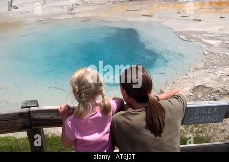 L'acqua è la scottatura in Silex molla inferiore in Geyser Basin hot springs nel Parco Nazionale di Yellowstone, WY. Foto Stock