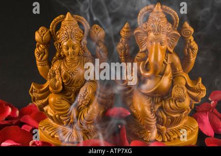 Close-up di una statua del signore Ganesha e la dea Lakshmi Foto Stock