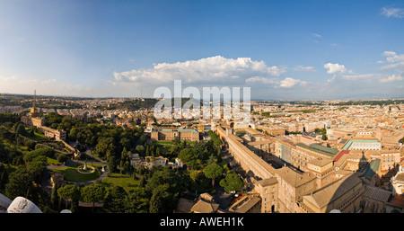 Musei Vaticani e giardini come visto dalla cupola della basilica di san Pietro, Roma, Italia, Europa Foto Stock