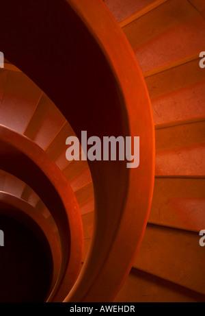 Pietra Rossa scale a spirale una chiusura di un lato Foto Stock