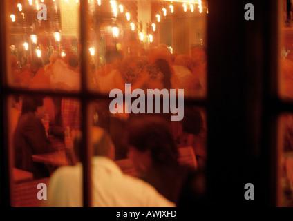 Persone al ristorante, vista dall'esterno guardando a. Foto Stock