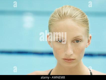 Donna, ritratto, piscina in background Foto Stock
