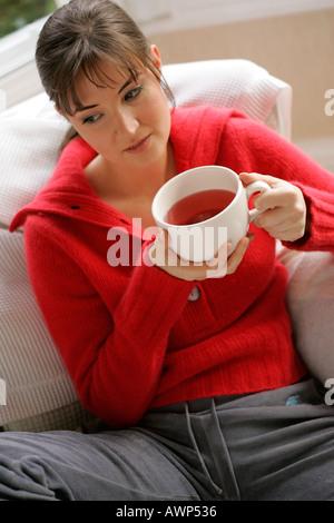 Ragazza giovane tè alle erbe Foto Stock