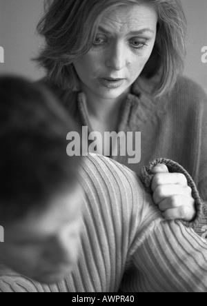 Donna Uomo di toccare il suo braccio, close-up, b&W Foto Stock