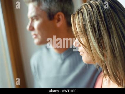L uomo e la donna, in vista laterale di testa e spalle, luce naturale su facce, close-up Foto Stock