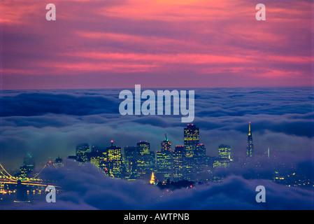 San Francisco nella nebbia dalle Colline di Berkeley in California negli Stati Uniti Foto Stock
