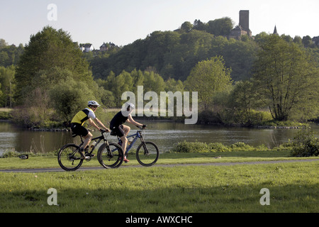 Mountainbiker in pista ciclabile, castello Blankenstein in background, in Germania, in Renania settentrionale-Vestfalia, Foto Stock