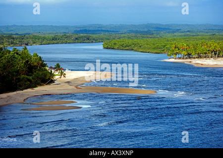 Il Brasile, Bahia, Boipeba isola. Il canale che divide Tinhare e Boipeda sul Brasile del bahiana litorale Atlantico dall'aria.