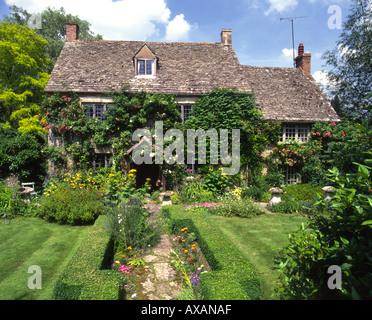 Grazioso cottage in pietra e un giardino estivo per solo for Piani e foto di cottage in pietra