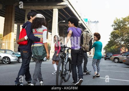 Gli adolescenti appendere fuori Foto Stock