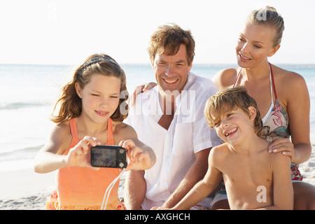 Ragazza tenendo Ritratto di famiglia sulla spiaggia, Maiorca, SPAGNA Foto Stock