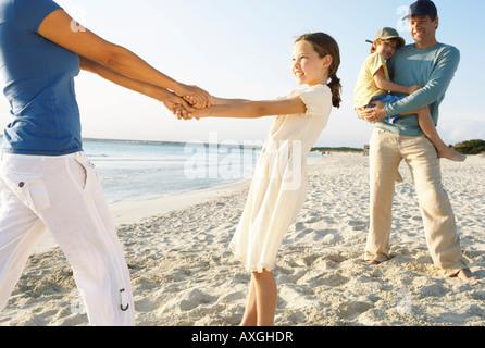 Famiglia sulla spiaggia, Maiorca, SPAGNA Foto Stock