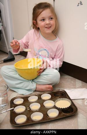 Bambina la cottura Foto Stock